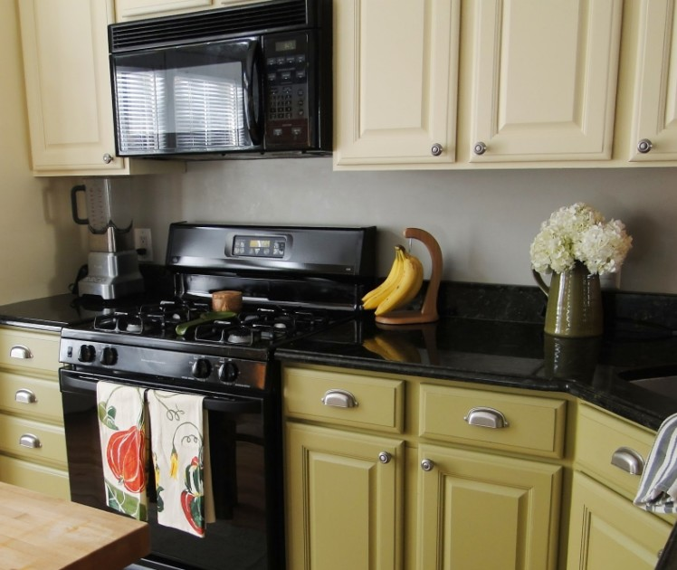 Stylish and Lovely Two Tone Kitchen Cabinet Design Ideas 8