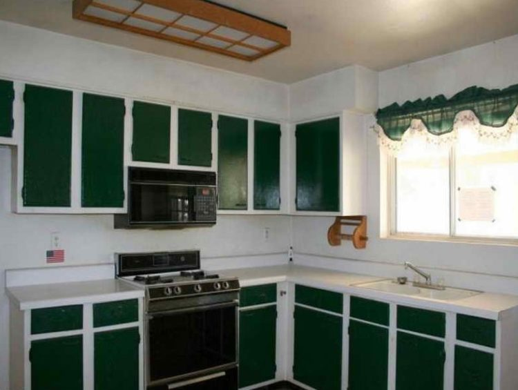 Stylish and Lovely Two Tone Kitchen Cabinet Design Ideas 10