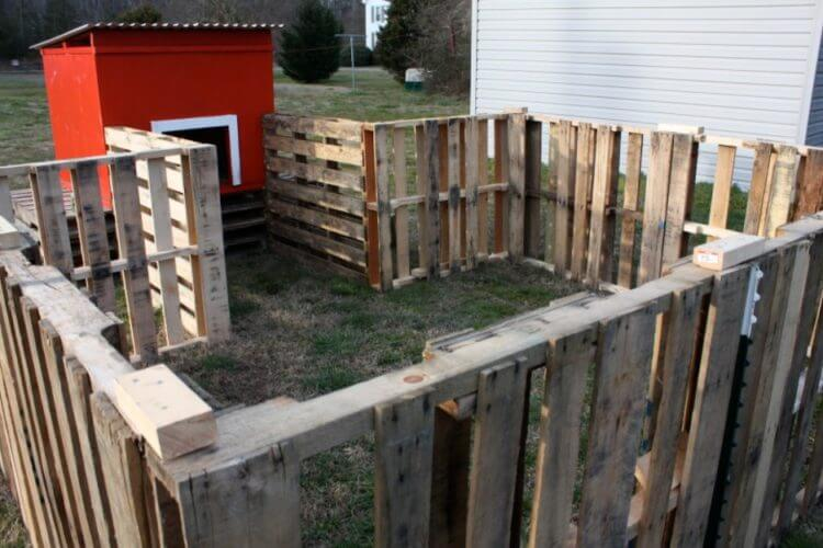22 wonderful pallet fence ideas for backyard garden for Wood pallet fence plans